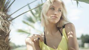 Stående av den härliga caucasian flickan som poserar på den tropiska stranden Fotografering för Bildbyråer