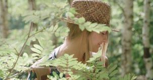 Stående av den härliga caucasian kvinnan i en bärande hatt för skog som kopplar av i en skog Arkivbild