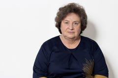 Stående av den härliga eleganta kvinnan i en välskött äldre srudii på en vit bakgrund med makeup och utan makeup Arkivbilder
