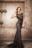 Stående av den härliga eleganta unga kvinnan i ursnygg aftonklänning Royaltyfri Foto