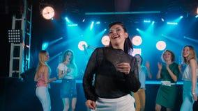 Stående av den härliga flickabrunetten, under strålkastare Nattklubb danskultur stock video