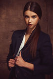 Stående av den härliga flickadressingen i 90-talstilmode Royaltyfria Bilder