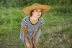 Stående av den härliga flickan i fält Royaltyfri Bild