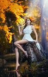 Stående av den härliga flickan i skogen. flicka med felik blick i höstlig fors. Flicka med höstlig smink- och hårstil Arkivbilder