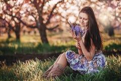 Stående av den härliga flickan i vårfruktträdgård Royaltyfri Foto