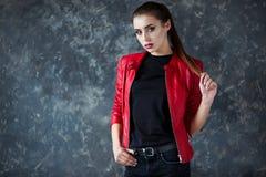 Stående av den härliga flickan med perfekta röda kanter som bär det röda omslaget royaltyfri fotografi