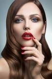 Stående av den härliga flickan med röda kanter. Royaltyfri Bild