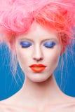 Stående av den härliga flickan med rosa hår Royaltyfria Foton