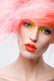 Stående av den härliga flickan med rosa hår Royaltyfria Bilder