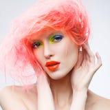 Stående av den härliga flickan med rosa hår Arkivbild