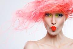Stående av den härliga flickan med rosa hår Arkivbilder