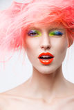 Stående av den härliga flickan med rosa hår Royaltyfri Bild