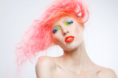 Stående av den härliga flickan med rosa hår Fotografering för Bildbyråer