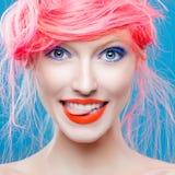 Stående av den härliga flickan med rosa hår Royaltyfri Foto