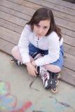 Stående av den härliga flickan med skridskor Arkivfoto