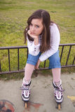 Stående av den härliga flickan med skridskor Arkivbild