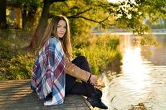 Stående av den härliga flickan på solnedgången i hösten royaltyfri bild