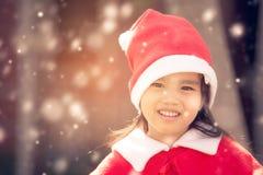 Stående av den härliga flickan som bär den Santa Claus hatten Arkivfoton