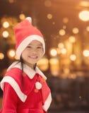 Stående av den härliga flickan som bär den Santa Claus hatten Royaltyfri Bild