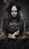 Stående av den härliga gotiska kvinnan i mörk klänning Royaltyfri Bild