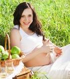 Stående av den härliga gravida kvinnan i vit royaltyfri foto