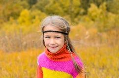 Stående av den härliga gulliga flickan arkivfoto