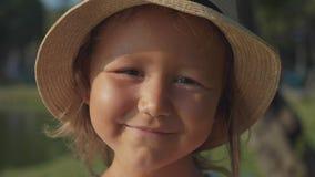 Stående av den härliga gulliga lilla flickan som skrattar och ser kameran arkivfilmer