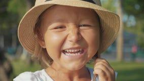 Stående av den härliga gulliga lilla flickan som skrattar och ser kameran stock video
