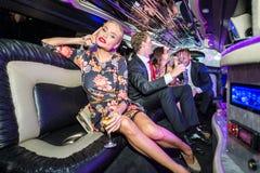 Stående av den härliga hållande champagneflöjten för ung kvinna med f Royaltyfri Fotografi