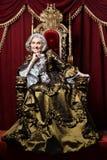 Stående av den härliga höga kvinnan i tappningklänning arkivfoton