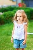 Stående av den härliga ilskna lilla flickan Arkivfoton
