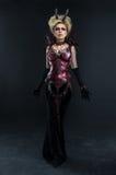 Stående av den härliga jäkelkvinnan i mörk sexig klänning royaltyfri fotografi