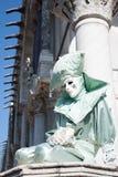 Stående av den härliga karnevalmaskeringen med acquamarinegräsplandräkten Royaltyfri Fotografi