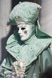 Stående av den härliga karnevalmaskeringen med acquamarinegräsplandräkten och en hjärta av pärlor Royaltyfria Bilder