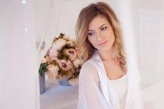 Stående av den härliga kvinnamodellen med den nya dagstidningen royaltyfri fotografi