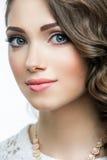 Stående av den härliga kvinnamodellen med stora blåa ögon och den romantiska krabba frisyren Fotografering för Bildbyråer