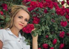 Stående av den härliga kvinnan i blommor, ljusa röda höfter Royaltyfri Fotografi