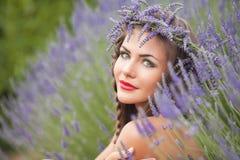 Stående av den härliga kvinnan i lavendelkrans. utomhus Royaltyfri Fotografi