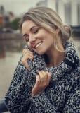 Stående av den härliga kvinnan i mjuk hemtrevlig tröja royaltyfri bild
