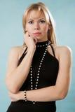 Stående av den härliga kvinnan i sexig svart klänning Royaltyfri Foto