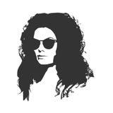 Stående av den härliga kvinnan i svart solglasögon stock illustrationer