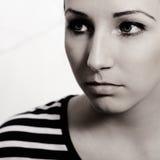 Stående av den härliga kvinnan i svartvitt Arkivfoton