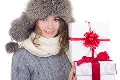 Stående av den härliga kvinnan i vinterkläder med jul pre Royaltyfria Foton