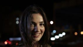 Stående av den härliga kvinnan med charmigt leende stock video