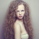Stående av den härliga kvinnan med den eleganta frisyren royaltyfri foto