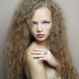 Stående av den härliga kvinnan med den eleganta frisyren royaltyfria foton