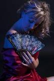 Stående av den härliga kvinnan med fanen i studio Arkivbilder