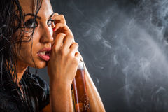 Stående av den härliga kvinnan med flaskan av alkoholdrinken royaltyfria bilder