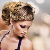 Stående av den härliga kvinnan med frisyren Royaltyfria Bilder