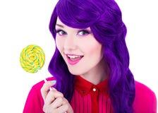 Stående av den härliga kvinnan med hållande colorfu för purpurfärgad hårperuk royaltyfria bilder